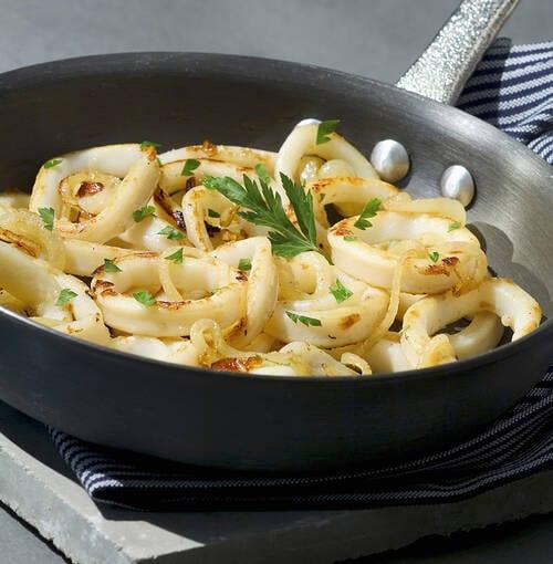 Veuve Clicquot - Pasta a la tinta de sepia con guarnición de calamar