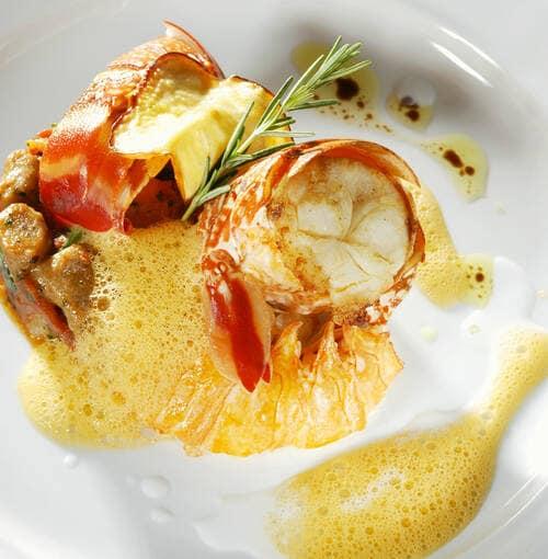 Lagosta assada Breton com legumes crocantes e um molho de alcaçuz