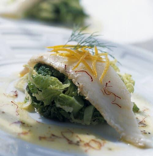 아티초크, 꽃게와 로즈마리 비스크(생선 소스 겸 수프)를 곁들인 달고기 구이